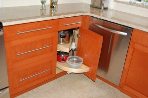 Corner cabinet with rotating shelves